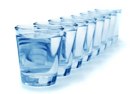 jak nauczyć się pić 8 szklanek wody?
